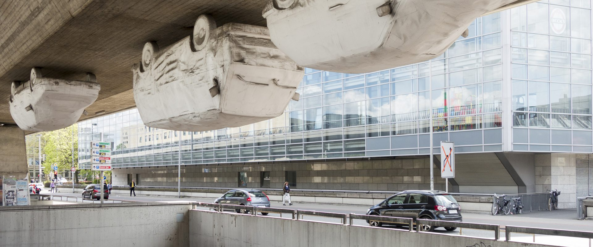 """Hannover, Kunstwerk von Andreas von Weizsäcker, """"Hangover"""", im Jahr 1991 angebracht unter der Raschplatz-Hochstraße. Foto: Erik-Jan Ouwerkerk"""